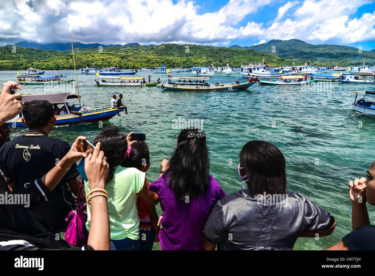 Foules regardant Semana Santa procession en mer Larantuka, Indonésie. Banque D'Images