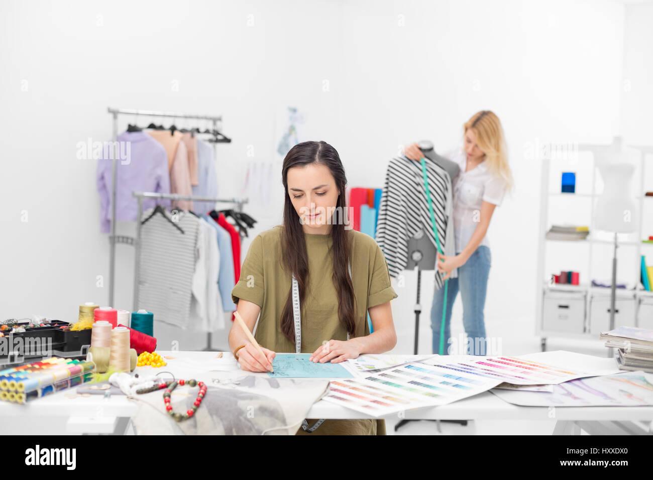 Deux jeunes stylistes collaborer pour de nouveaux vêtements