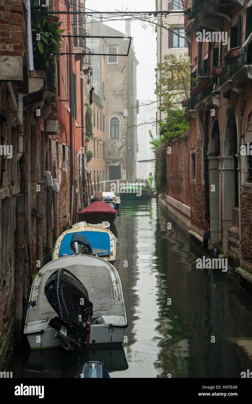 Matin brumeux sur un canal dans sestiere de San Marco, Venise, Italie. Photo Stock
