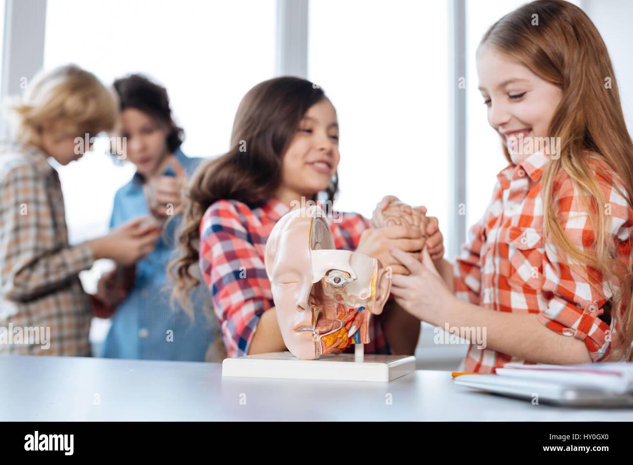 Les enfants jouissant de sa brillante étude dynamique Photo Stock