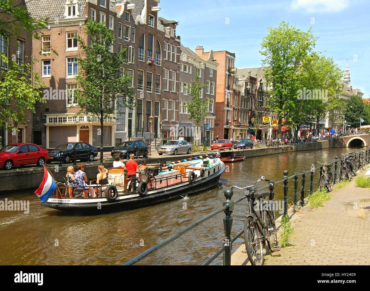 Image de house boat au volant dans un canal d'eau dans le centre-ville d'Amsterdam, Hollande. Banque D'Images