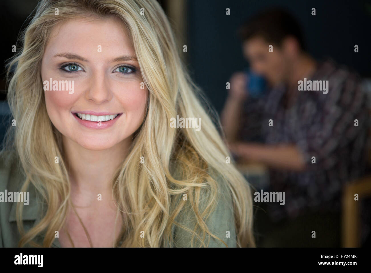 Portrait de la belle jeune femme aux cheveux blonds in coffee shop Photo Stock