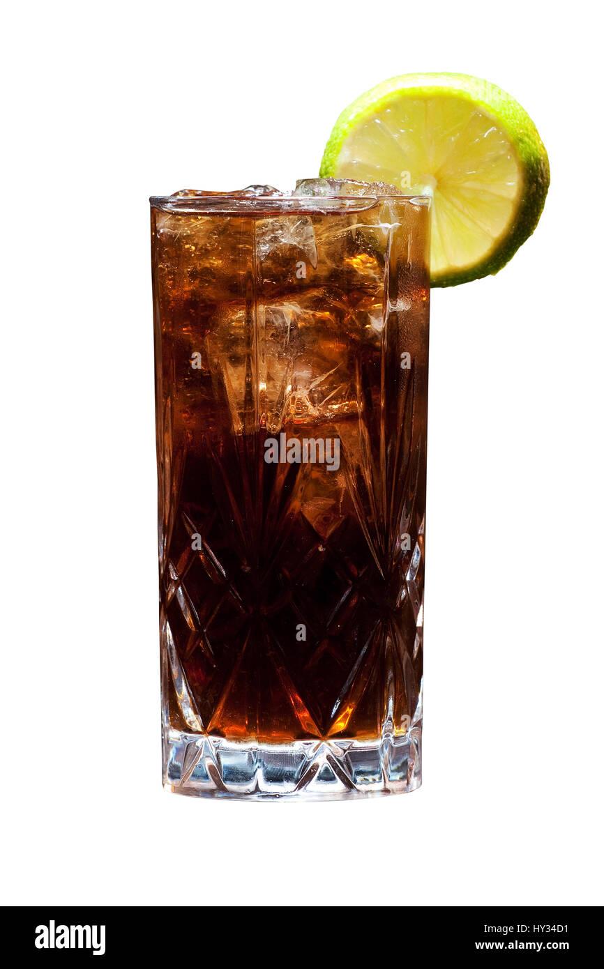 Un Cuba Libre - rhum, cola et citron - sur un solide fond blanc. Photo Stock