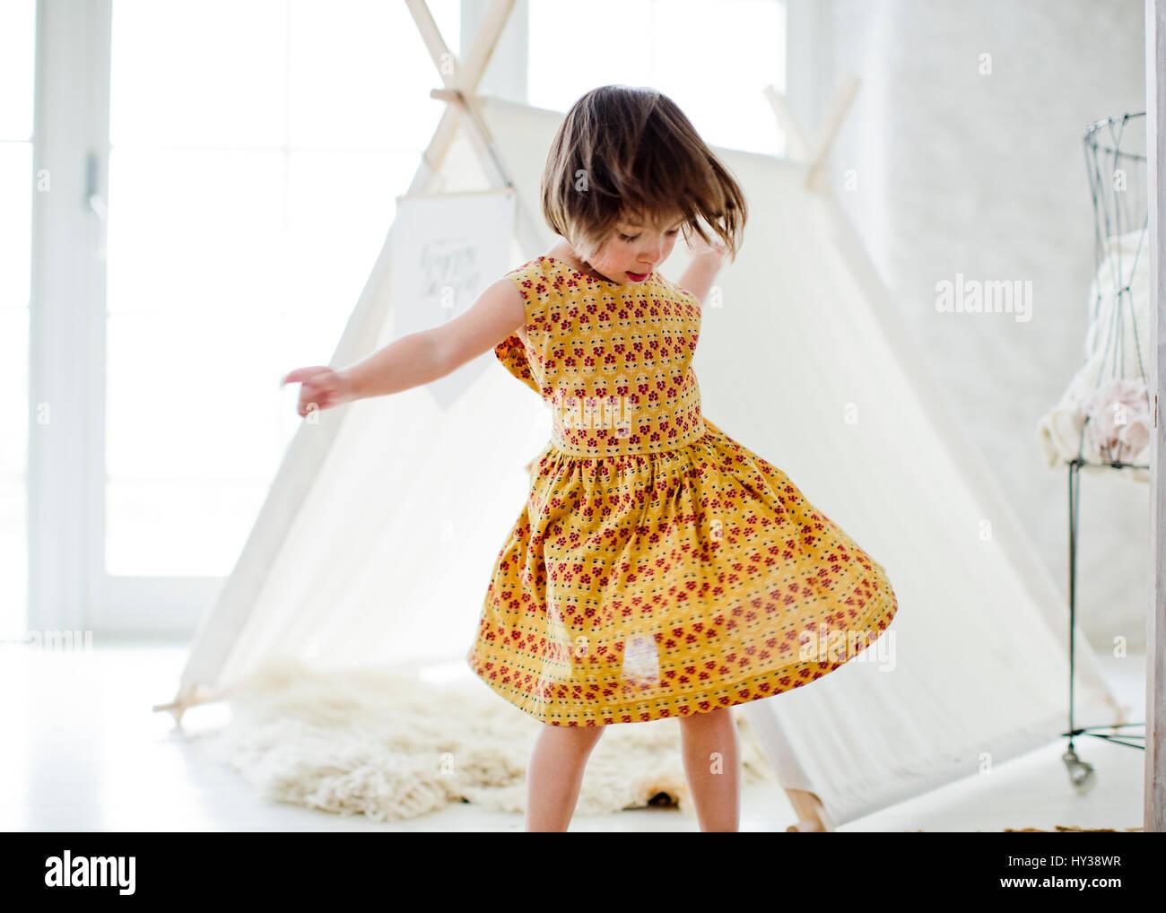 La Suède, girl (4-5) danser à côté de la tente à la maison Photo Stock