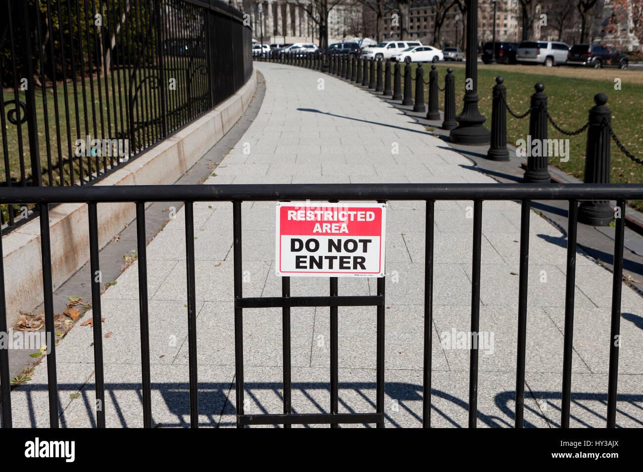 Zone restreinte n'entrez pas de signer à l'extérieur de la clôture de la Maison Blanche  Photo Stock