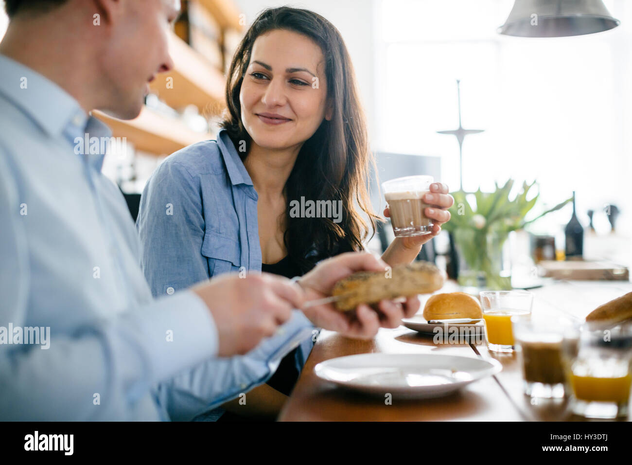 Allemagne, couple eating breakfast at table Photo Stock