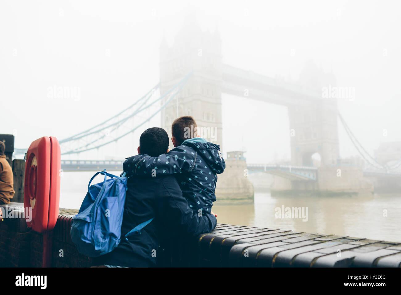 Royaume-uni, Angleterre, Londres, Mid adult man holding boy (8-9) tout en regardant le Tower Bridge dans le brouillard Photo Stock