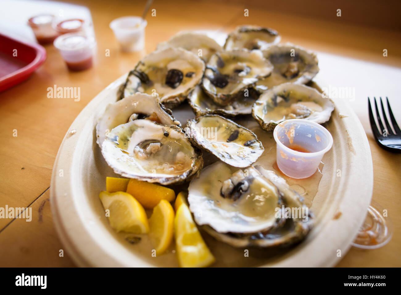 Une assiette d'Huîtres sur écailles. Banque D'Images