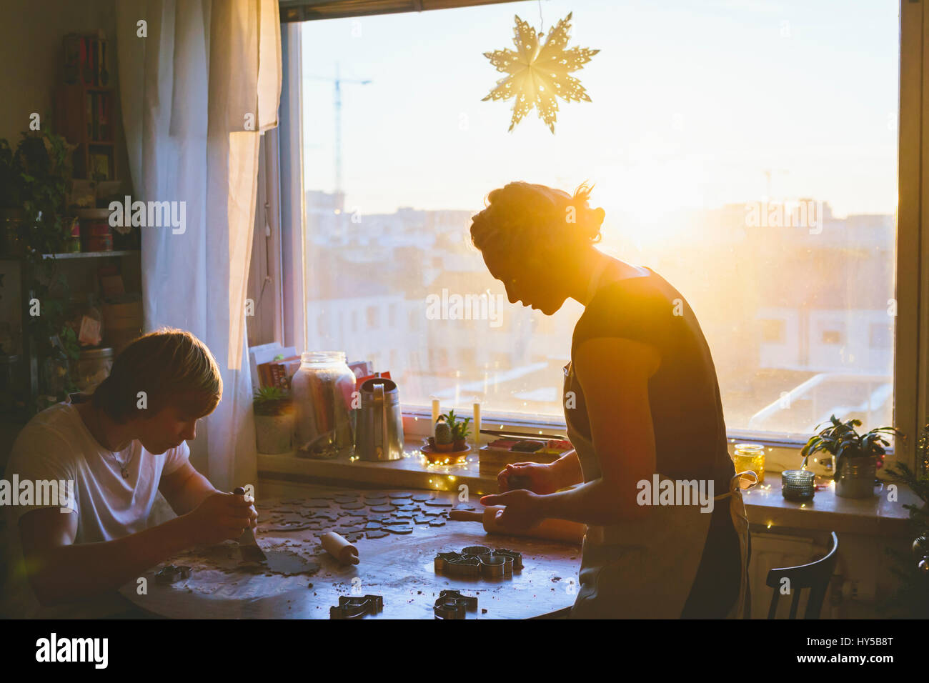 La Finlande, Helsinki, couple preparing christmas cookies Photo Stock