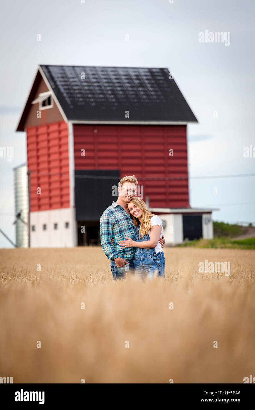La Finlande, uusimaa, siuntio, young couple embracing in field Photo Stock