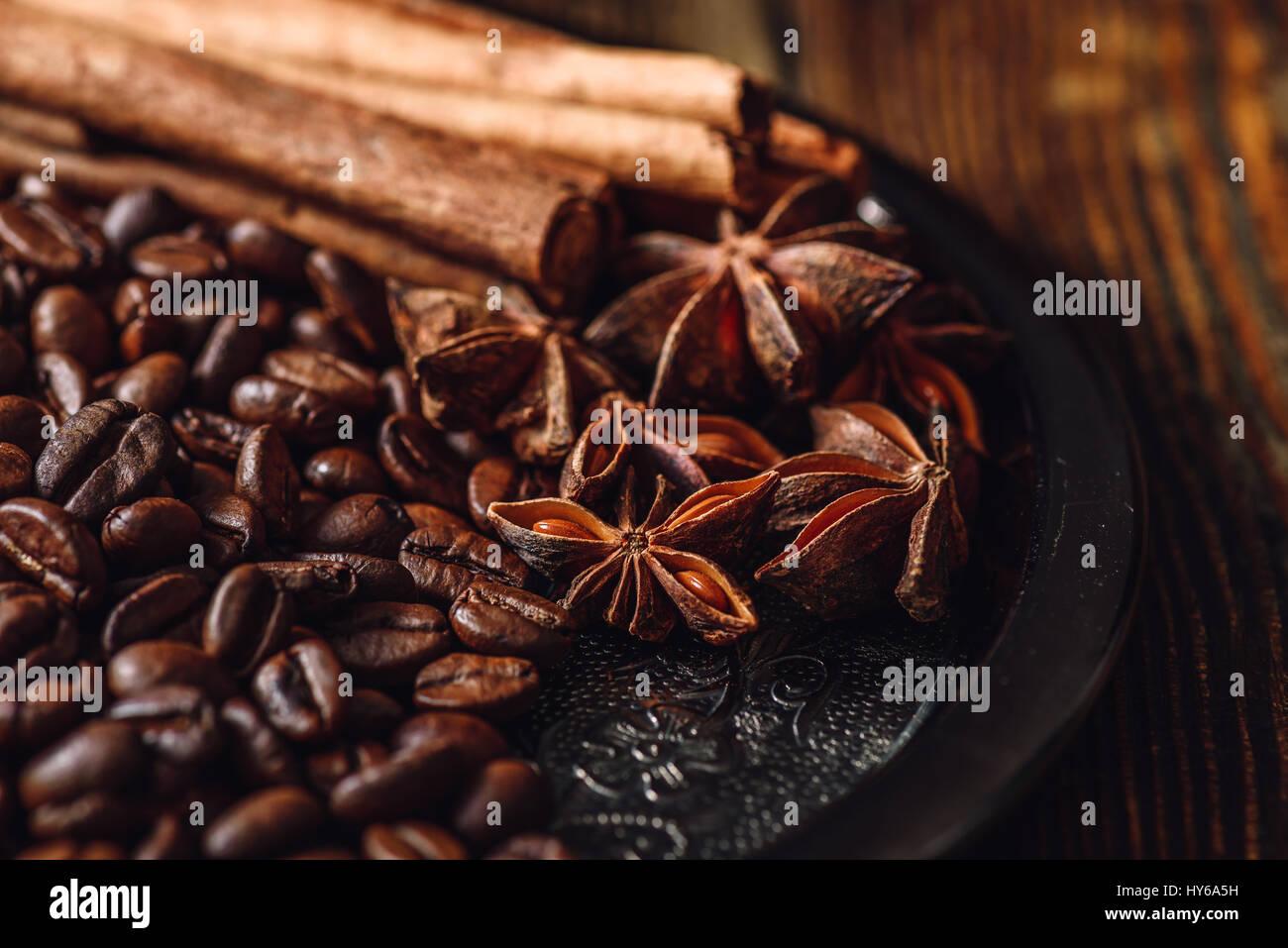 Les grains de café de cannelle et d'anis étoilé sur plaque métallique. Photo Stock