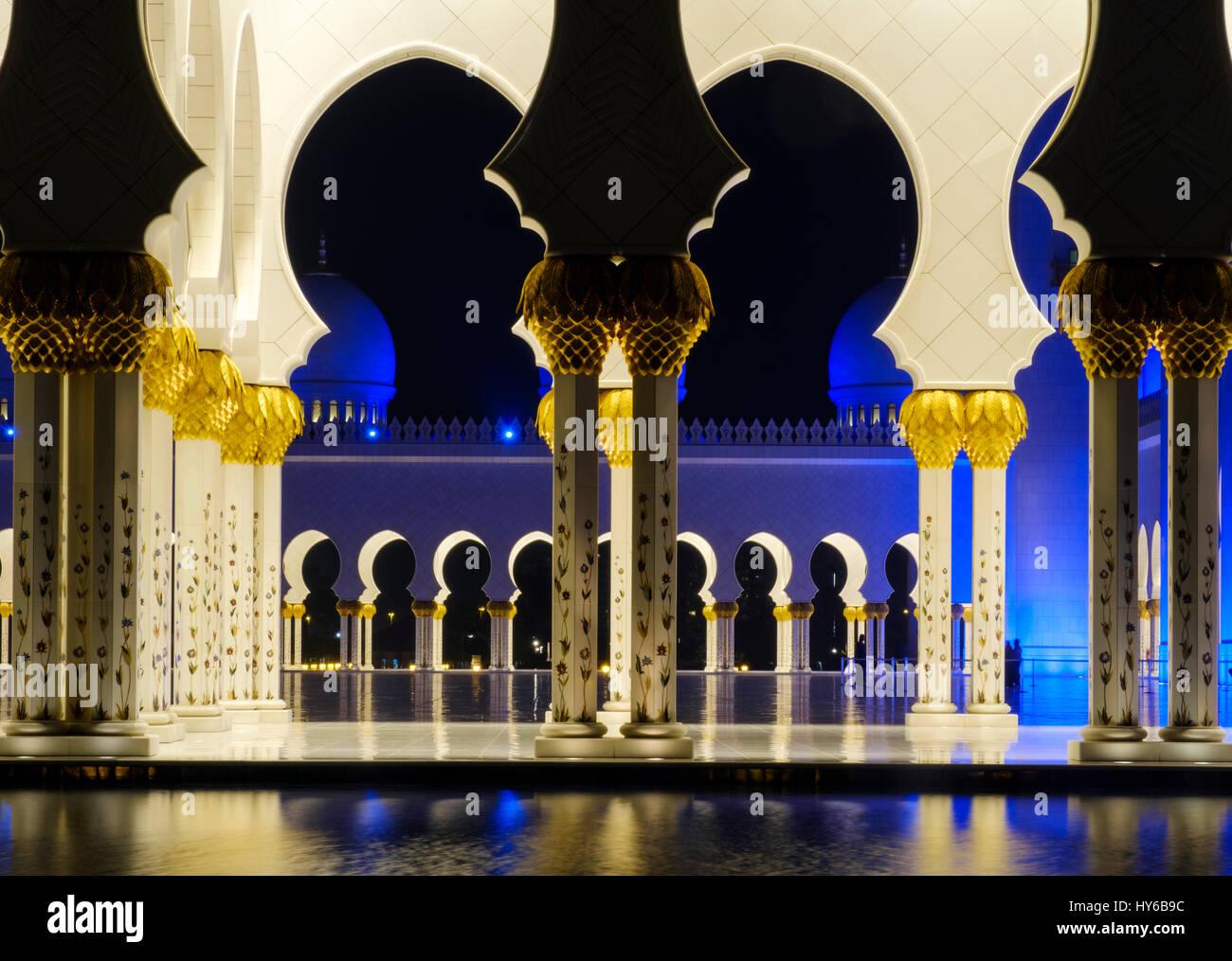 Emirats arabes unis, ABU DHABI - CIRCA JANVIER 2017: piscine, des arches et des colonnes de la mosquée Sheikh Zayed, Banque D'Images