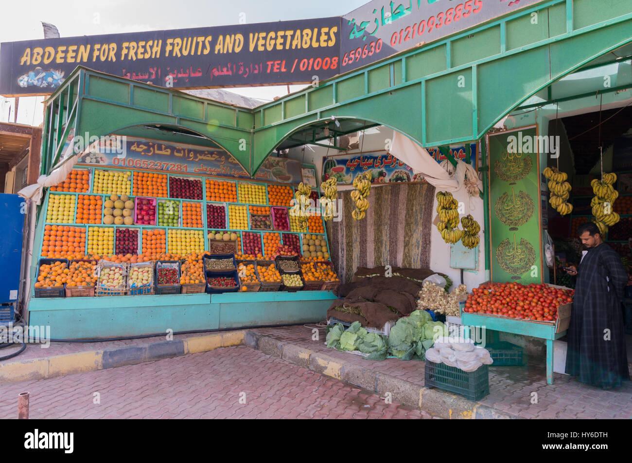 Un vendeur et le stand de légumes, Marsa Alam, Haute Egypte Photo Stock