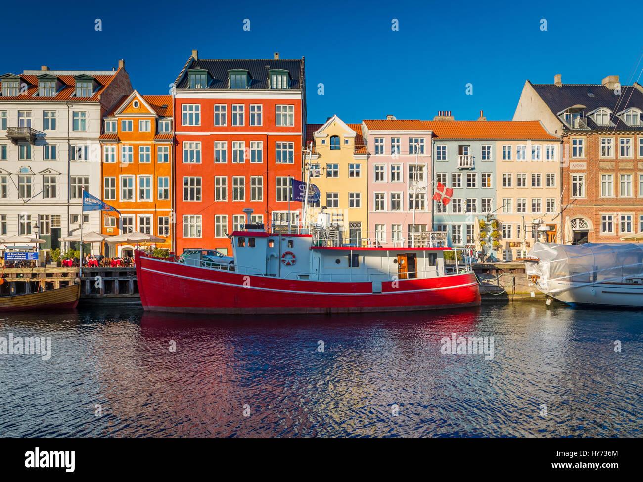 Nyhavn est un 17ème siècle, au bord de canal et du quartier des divertissements populaires à Copenhague, Photo Stock
