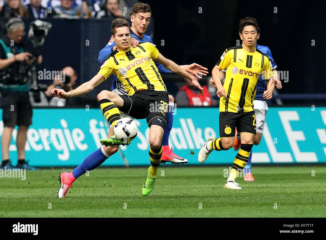 Gelsenkirchen. 1er avril 2017. Leon Goretzkai (R2) de FC Schalke 04 rivalise avec Julian Weigl (L) du Borussia Dortmund Banque D'Images