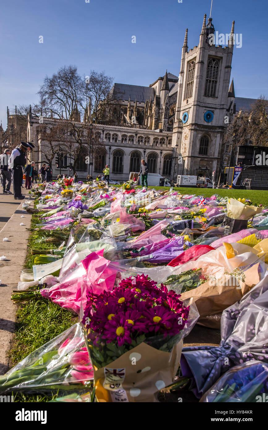 Tributs floraux à PC Keith Palmer et les autres tués par une action terroriste à l'extérieur du Parlement de Westminster, Londres. Les messages sont affichés, policier Banque D'Images