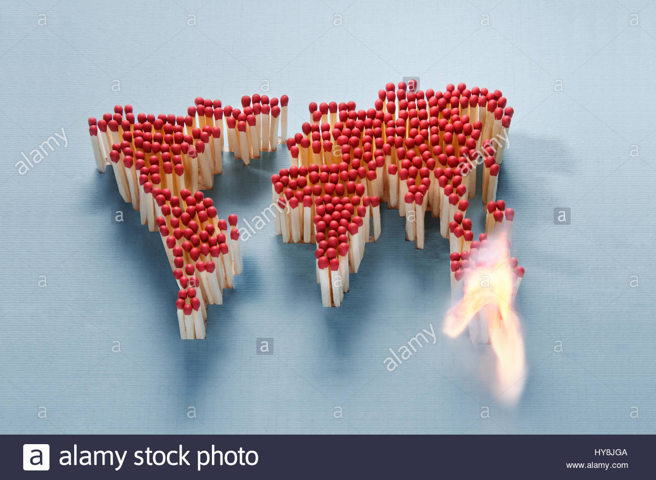 Carte du monde faite d'allumettes en attente d'une étincelle Photo Stock