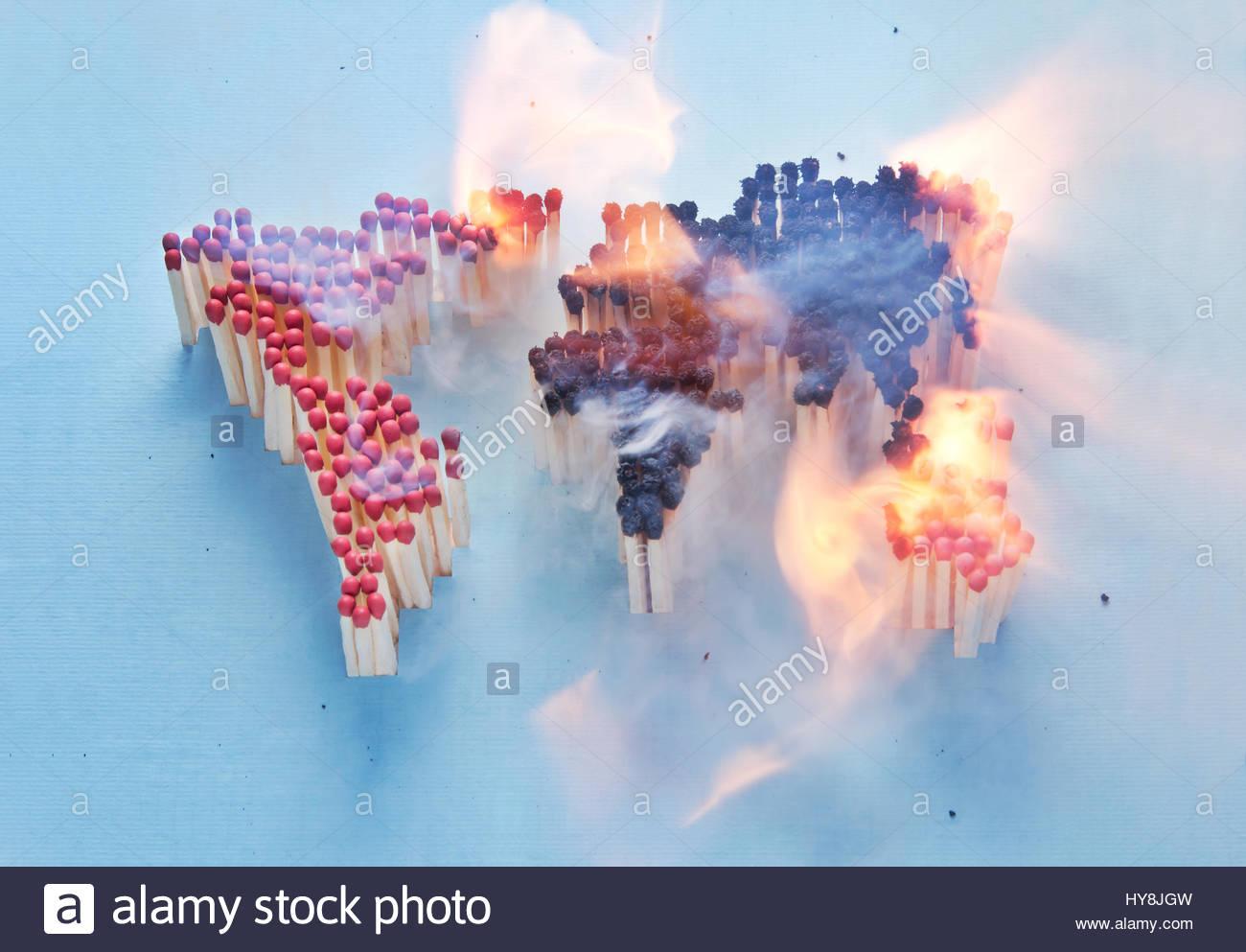 Carte du monde en feu composé d'allumettes Photo Stock