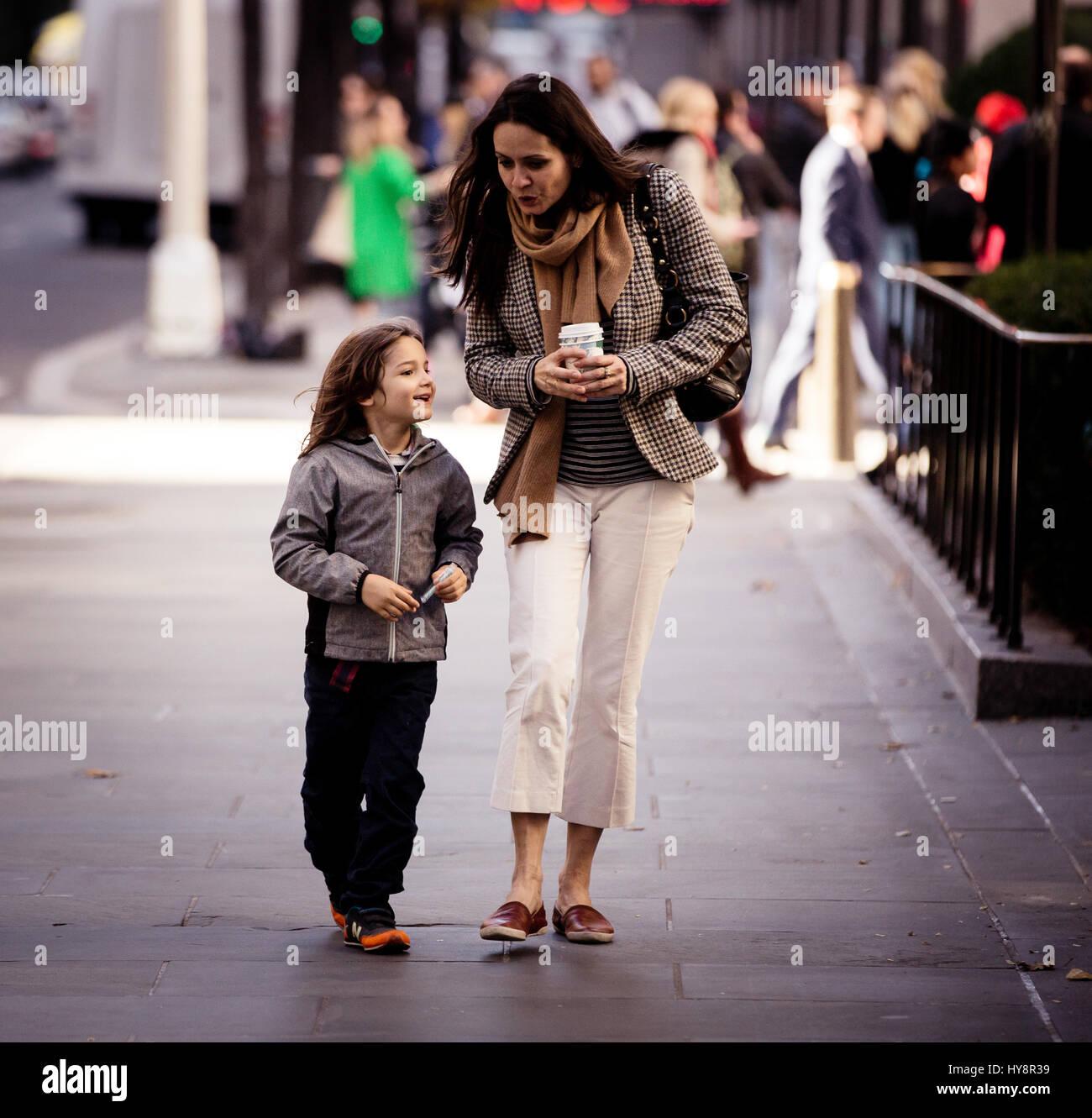 Une mère marche sur les rues de Manhattan avec sa fille dans ce qui semble être une belle mère-fille Photo Stock