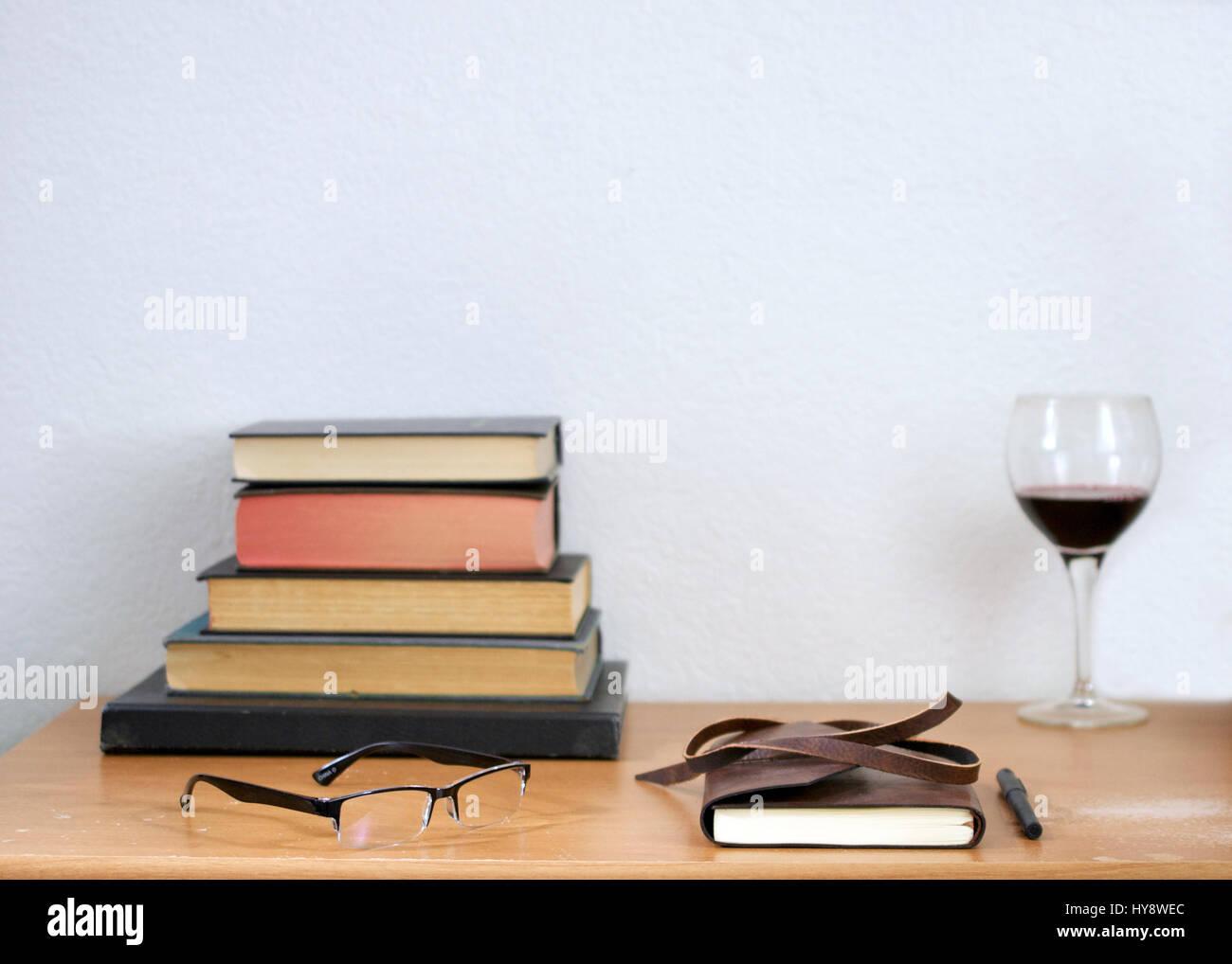 Journal de cuir crayon lecteurs et cartonné livres empilés