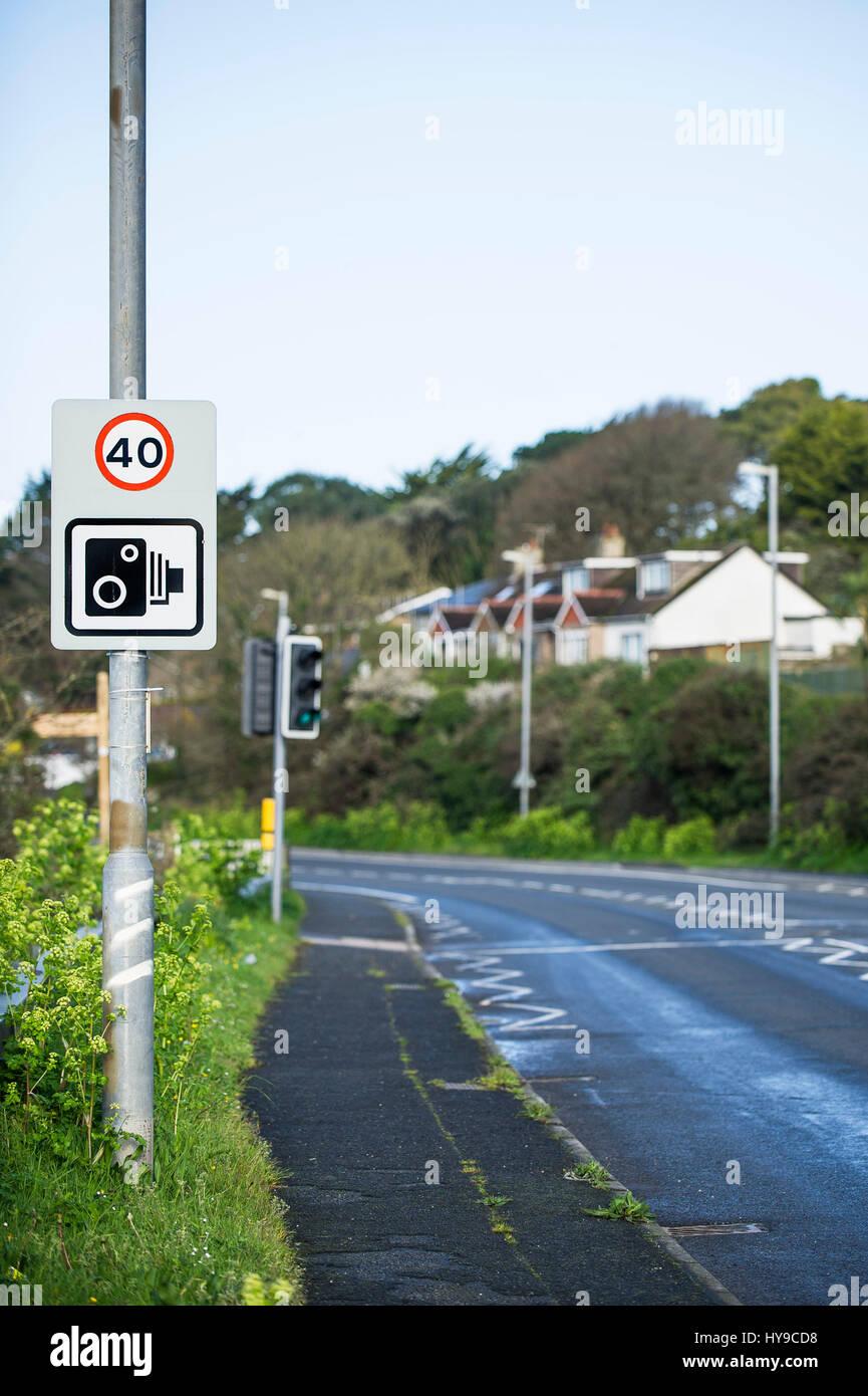 Le panneau de signalisation de contrôle de la caméra de restriction limite Route Lamp post Photo Stock