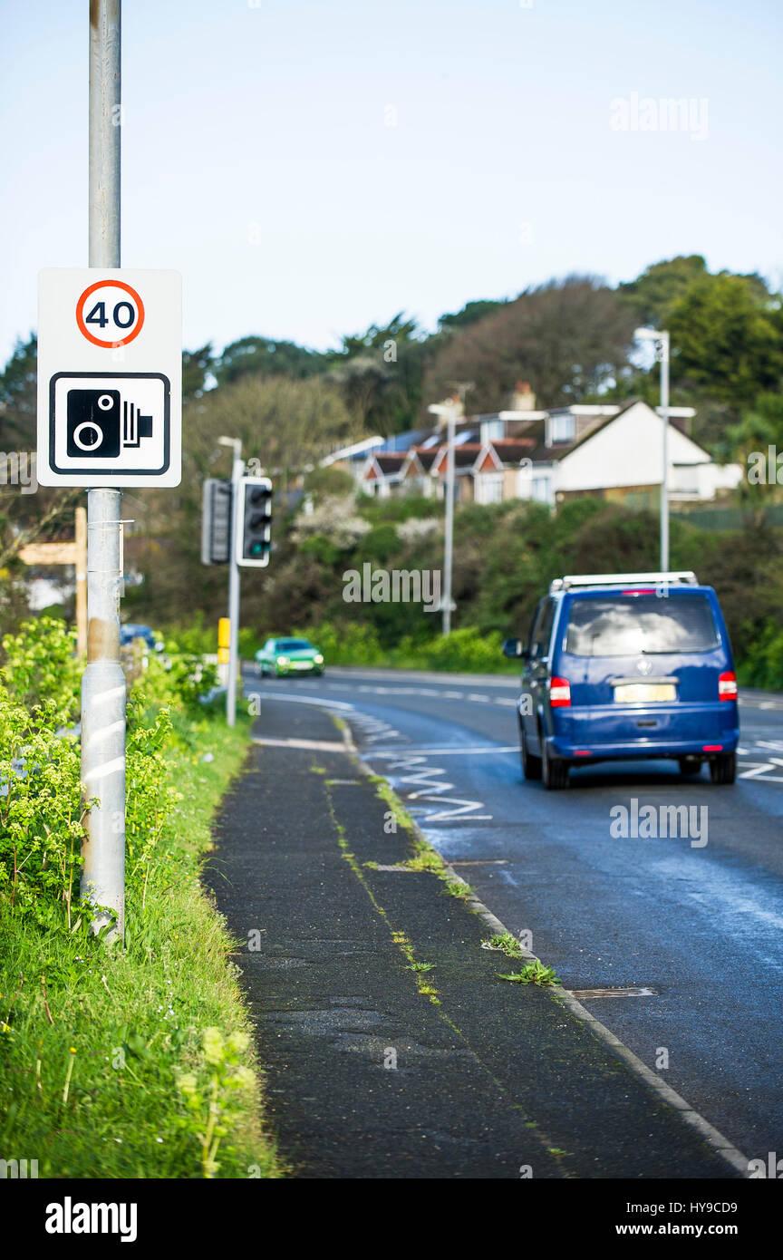 Application de la limitation de vitesse Panneau de circulation routière Véhicules limite Lamp post Photo Stock