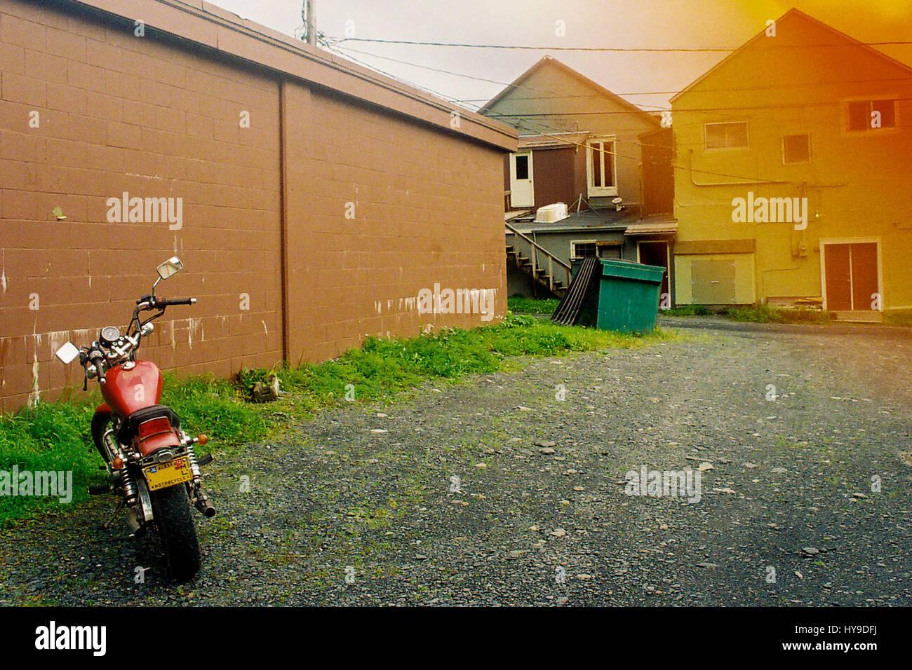 Acheter Gravier Pour Allée une moto est garée sur une allée de gravier en alaska avec