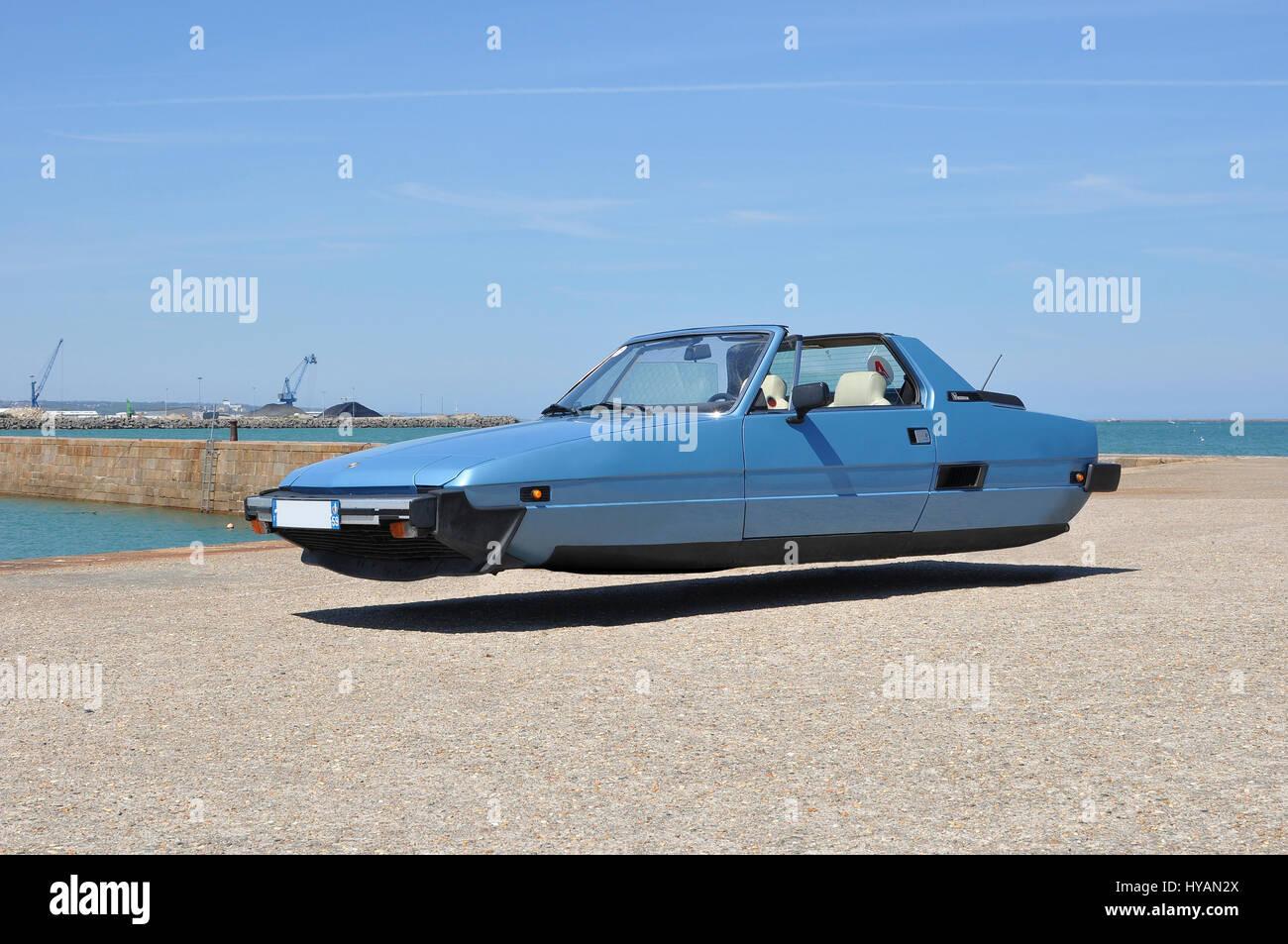 CHERBOURG, FRANCE: une Fiat X1 semble planer dans le paysage français.que si les voitures étaient une réalité maintenant? Banque D'Images