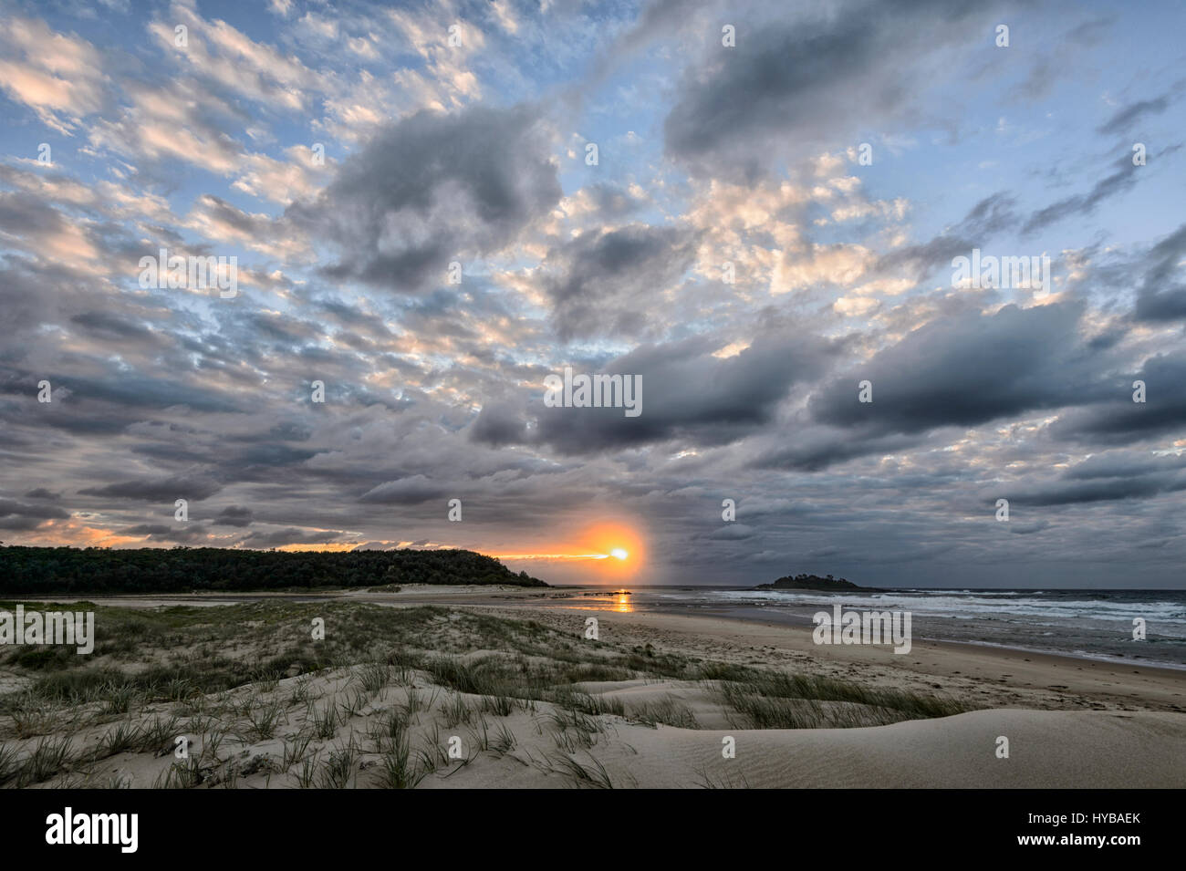 Au lever du soleil Ciel atmosphérique plus Conjola Beach, Shoalhaven, Côte Sud, New South Wales, NSW, Photo Stock