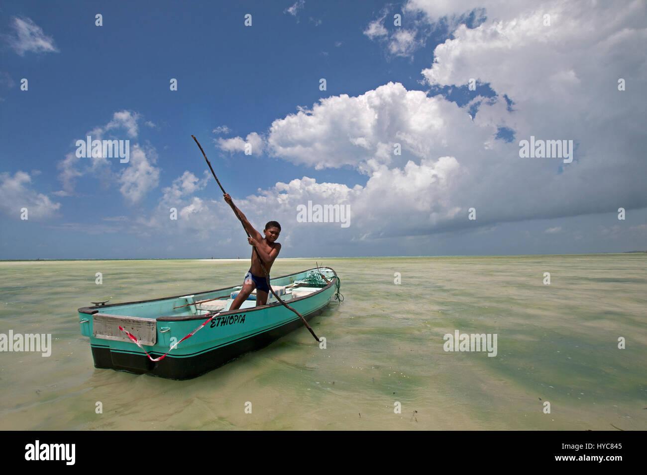 Un bateau d'aviron de l'enfant, watamu, Kenya, Africa Photo Stock