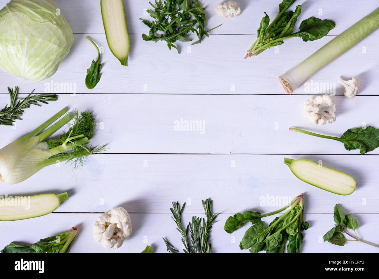 Les légumes sur fond de bois. Variété d'ingrédients des aliments verts, régime alimentaire Photo Stock