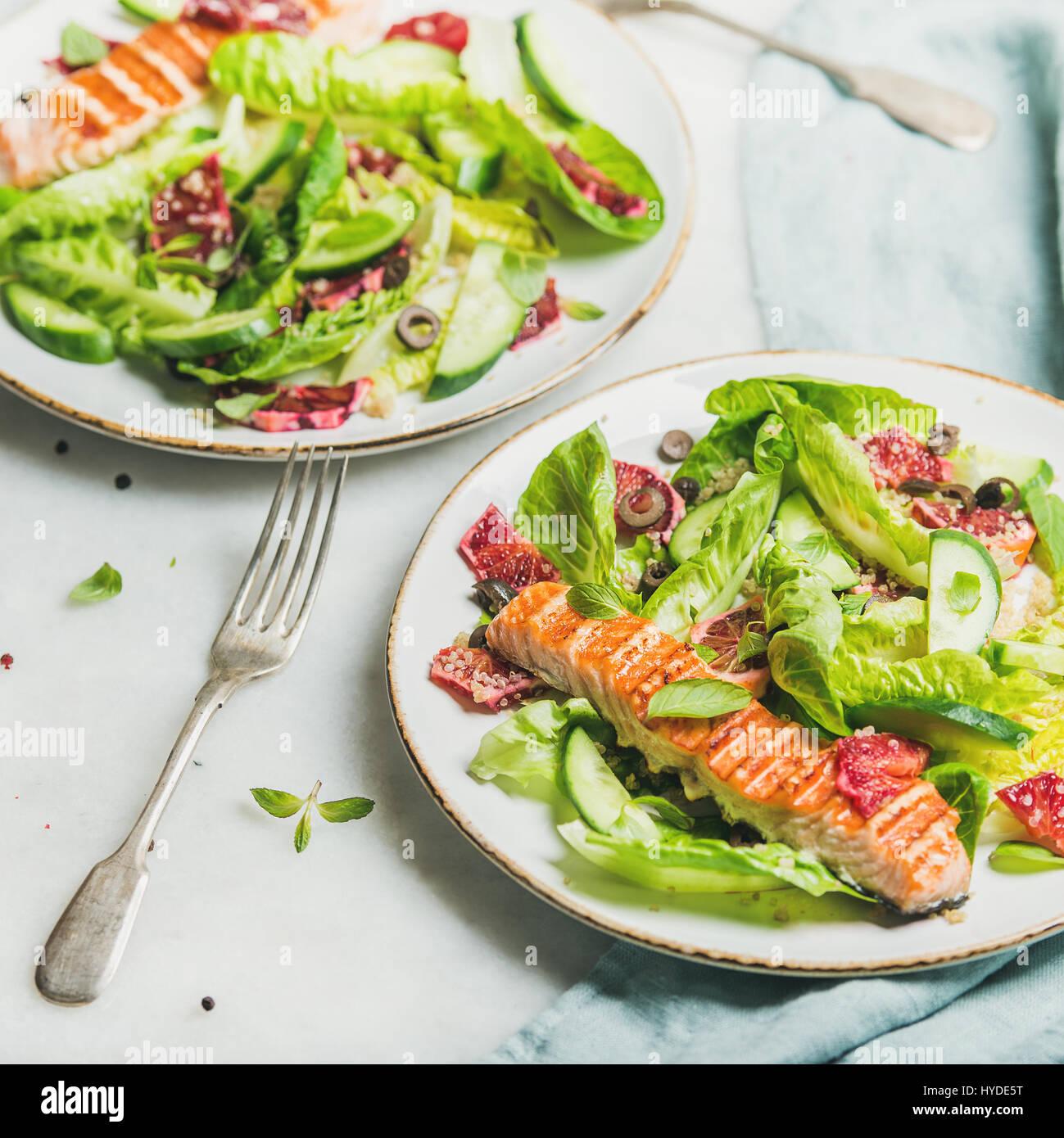 Salade de printemps en bonne santé avec du saumon grillé, orange et le quinoa Photo Stock