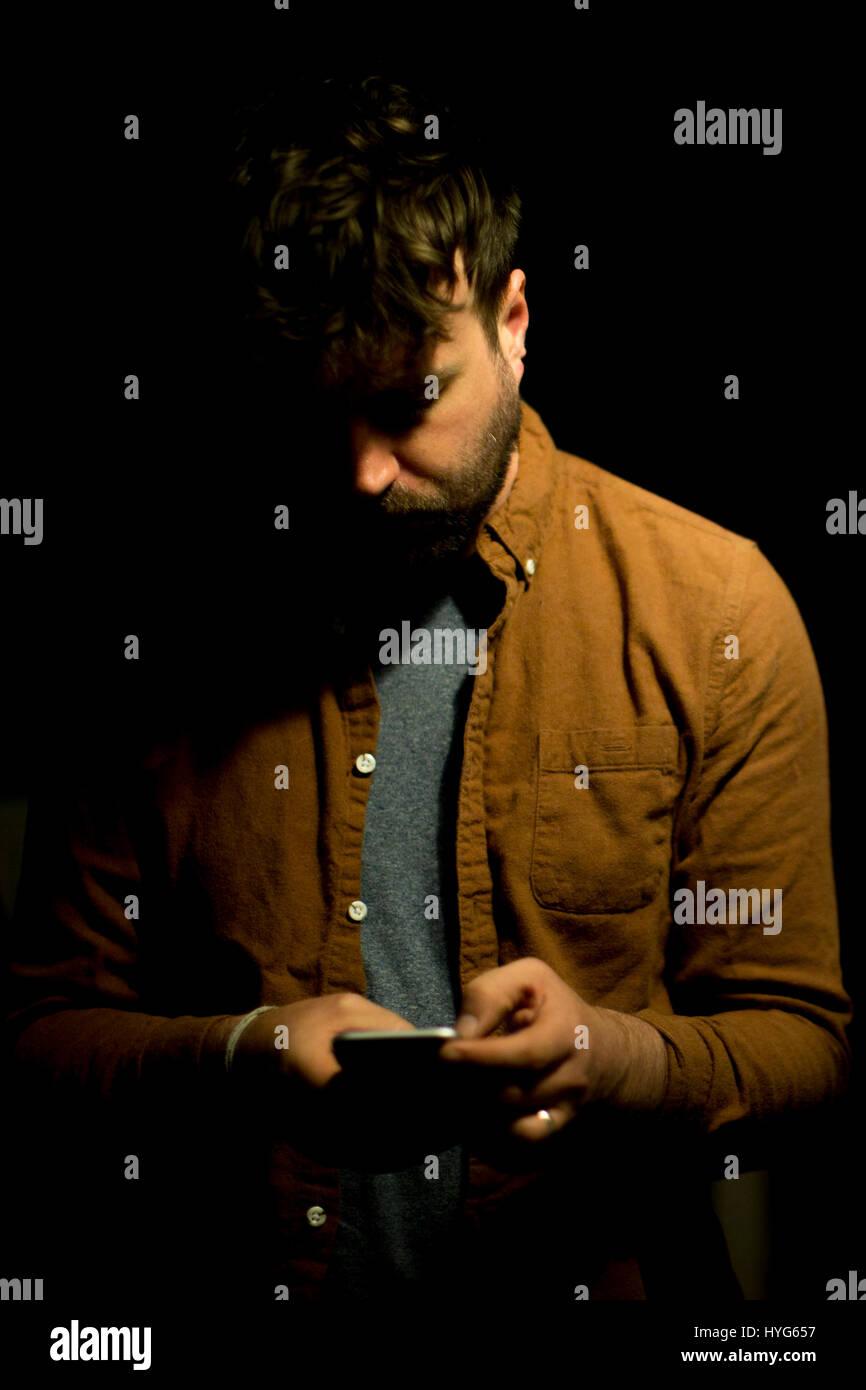 Un homme sur son téléphone mobile Photo Stock