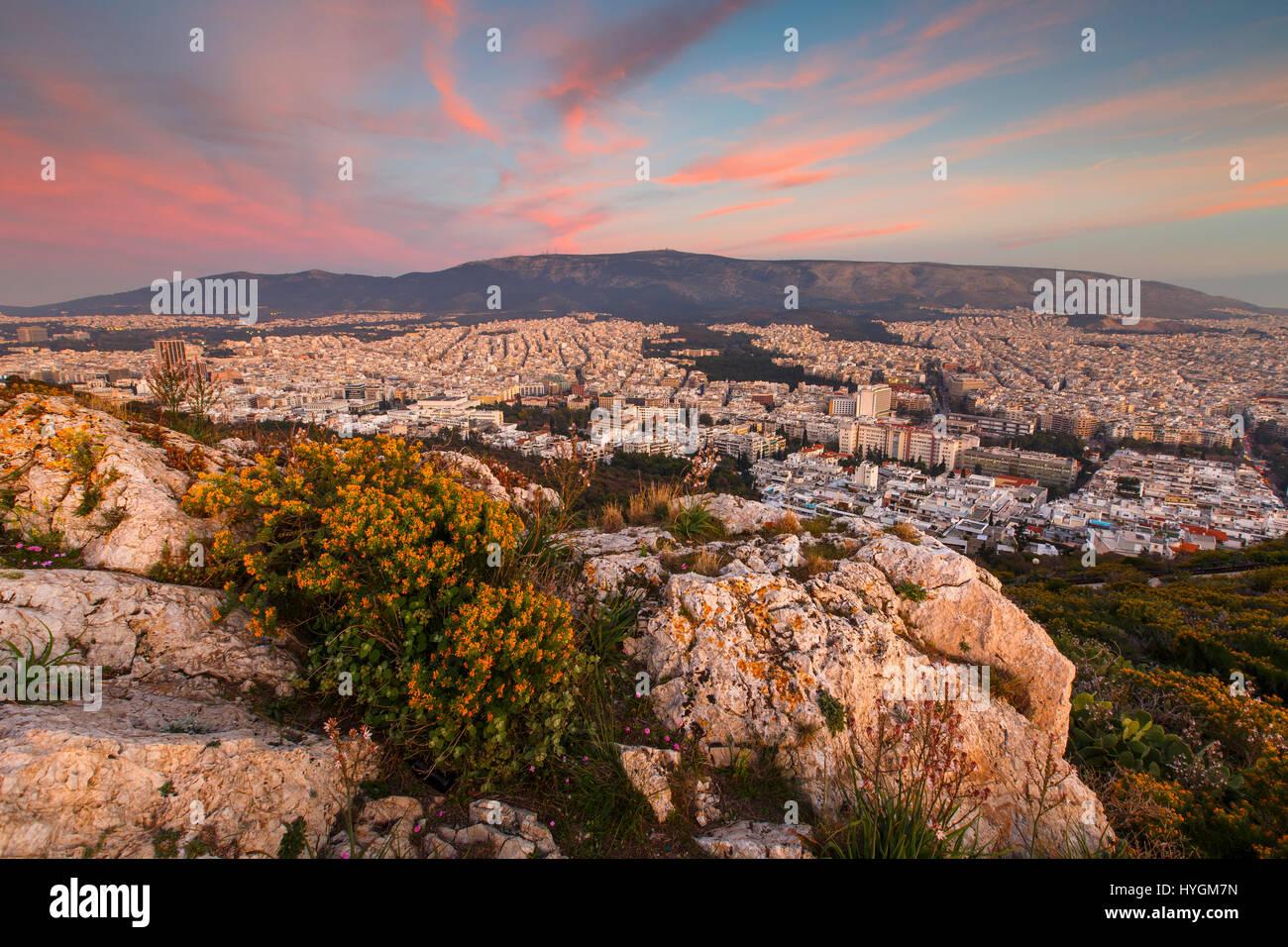 Vue d'Athènes depuis la colline du Lycabette au coucher du soleil, la Grèce. Photo Stock