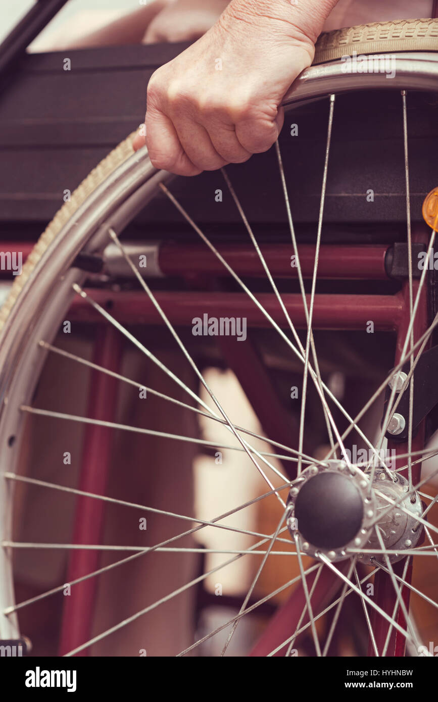 Mobilité dame âgée à l'aide à la maison en fauteuil roulant Banque D'Images