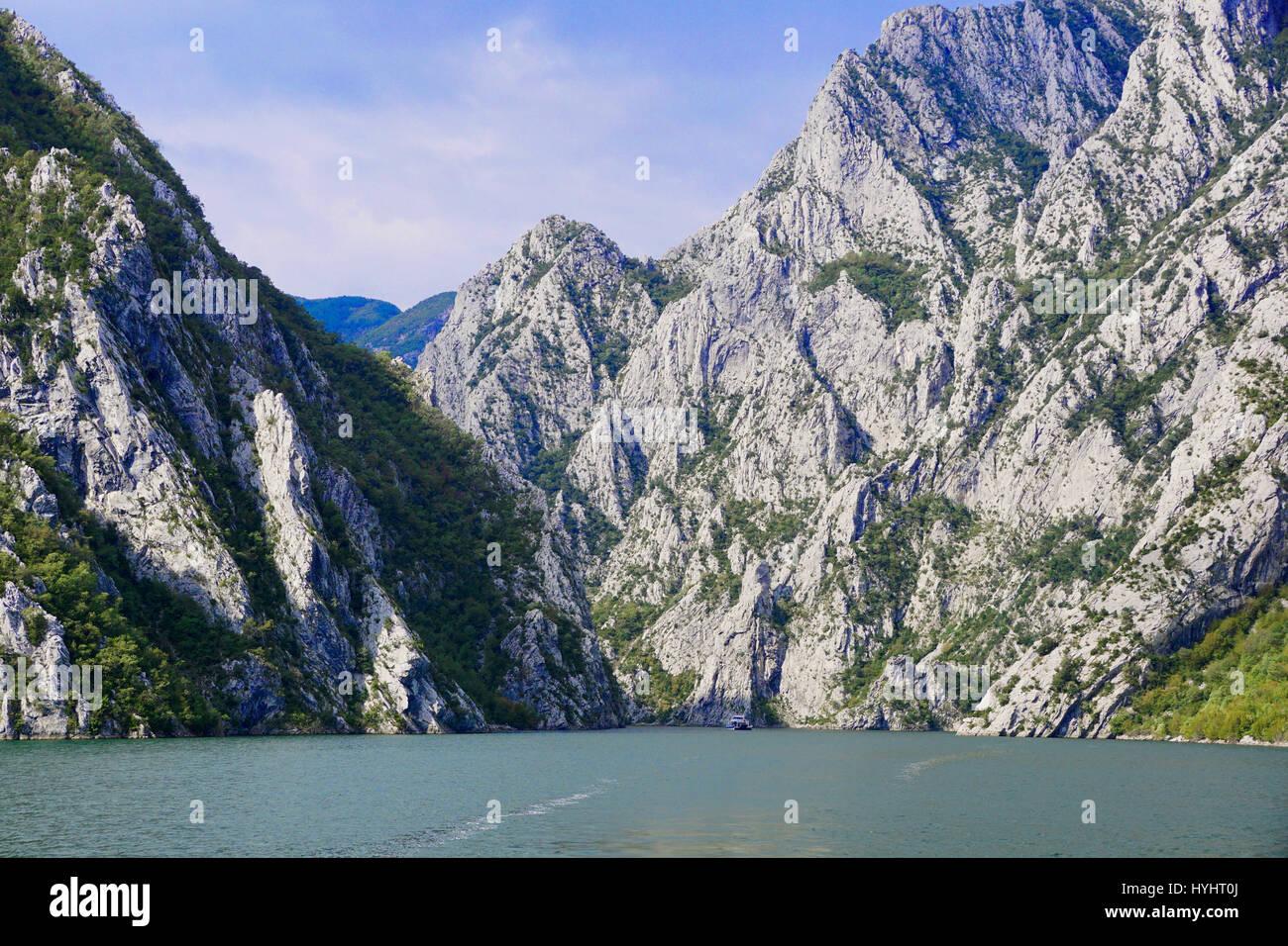 Lac Koman, fjord sauvage des paysages de montagne, en Albanie. Photo Stock