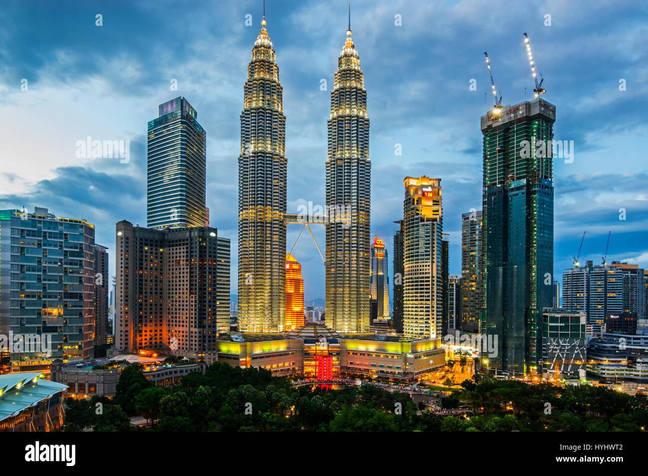 Les tours jumelles Petronas de Kuala Lumpur et le centre ville Sommaire, Malaisie Photo Stock