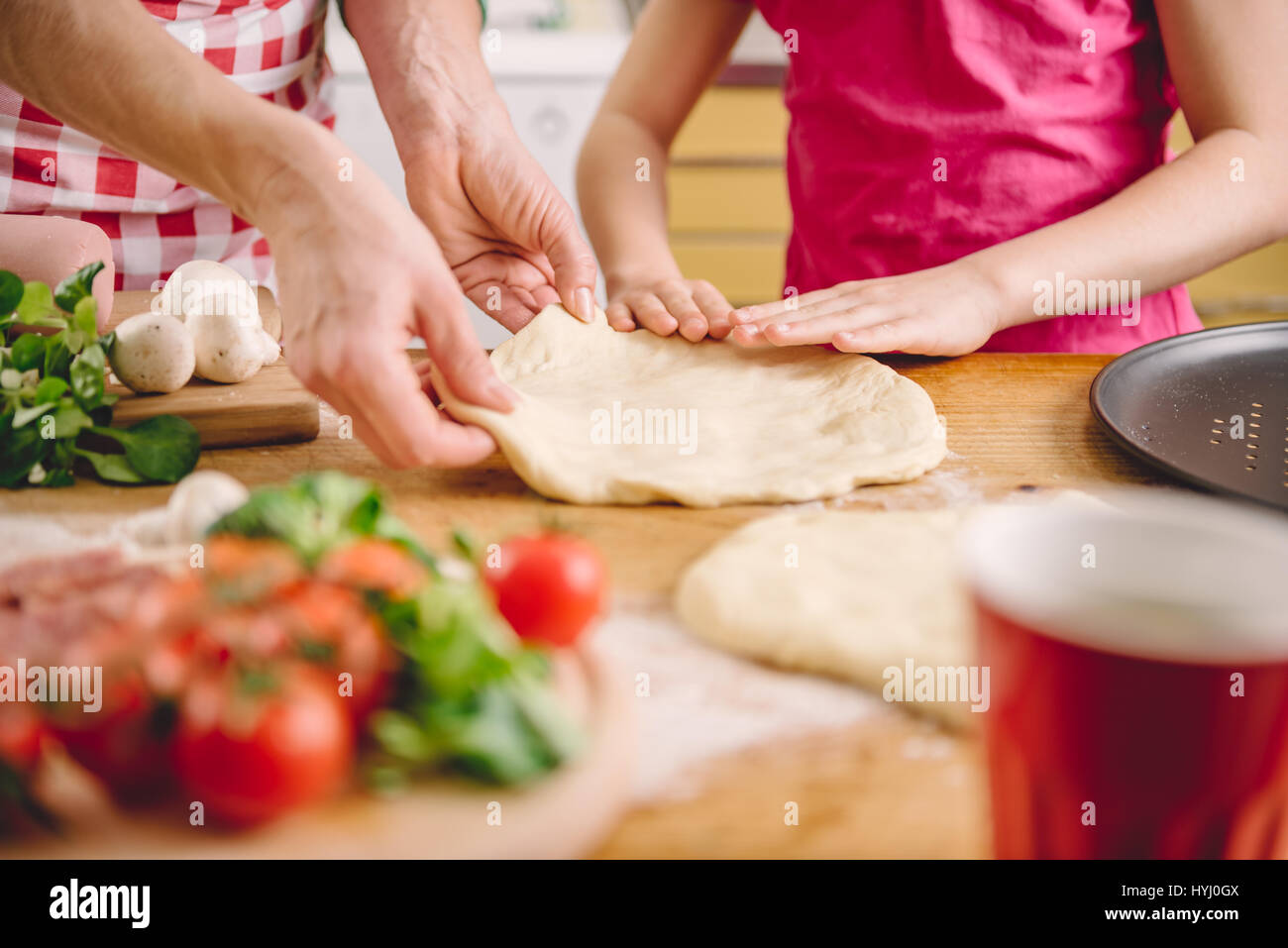 Mère et fille la préparation de pizza dans la cuisine Photo Stock