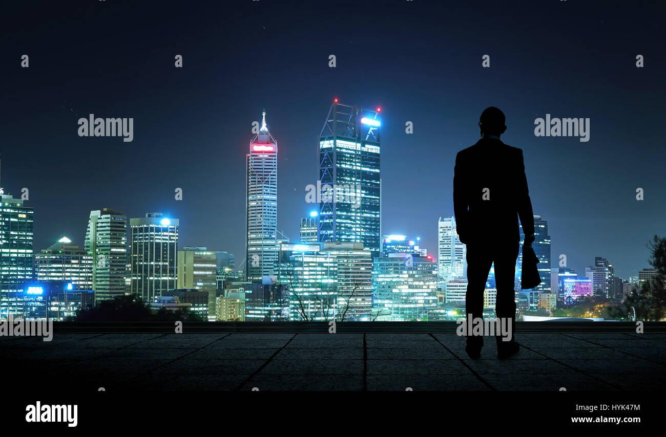 La silhouette portrait of businessman sur le toit pour admirer le paysage. Concept de vision de l'avenir . Photo Stock