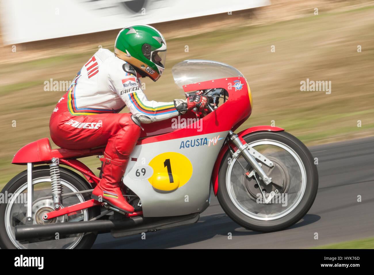 Goodwood, UK - 13 juillet 2013: 15 fois champion du monde moto Giacomo Agostini équitation sa moto MV Agusta classique Banque D'Images