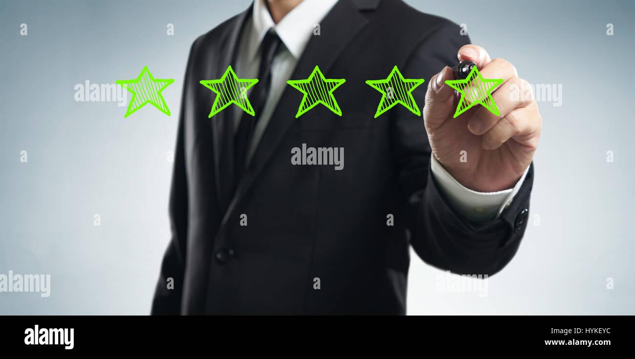 Examiner, améliorer le classement, la performance et la notion de classement. Businessman tirer cinq étoiles Photo Stock