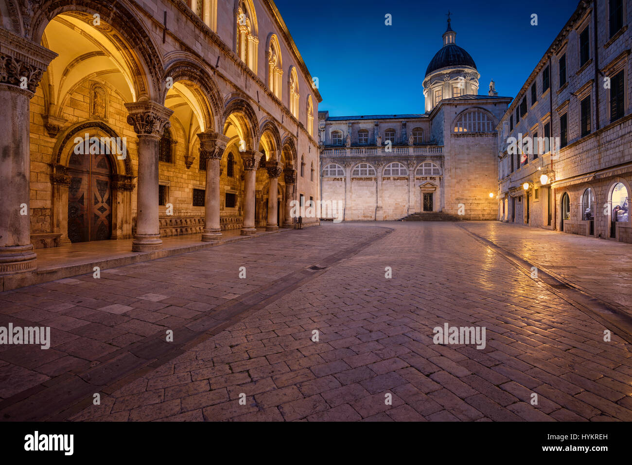 Dubrovnik. Belles rues romantiques de la vieille ville de Dubrovnik pendant le crépuscule heure bleue. Photo Stock