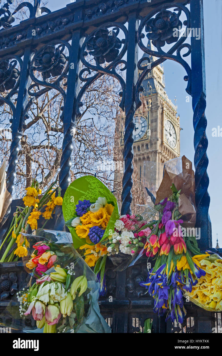 Londres, Westminster tributs floraux sur les grilles du Palais de Westminster, après les attaques terroristes en mars 2017 Banque D'Images