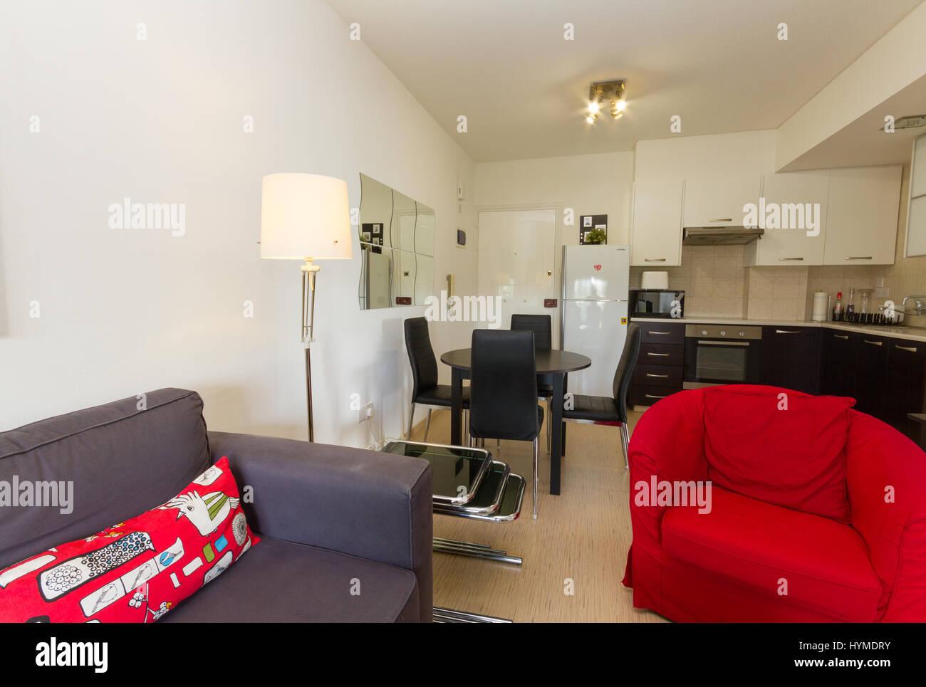 Salon et Cuisine moderne en merisier et rouge contenant un ...