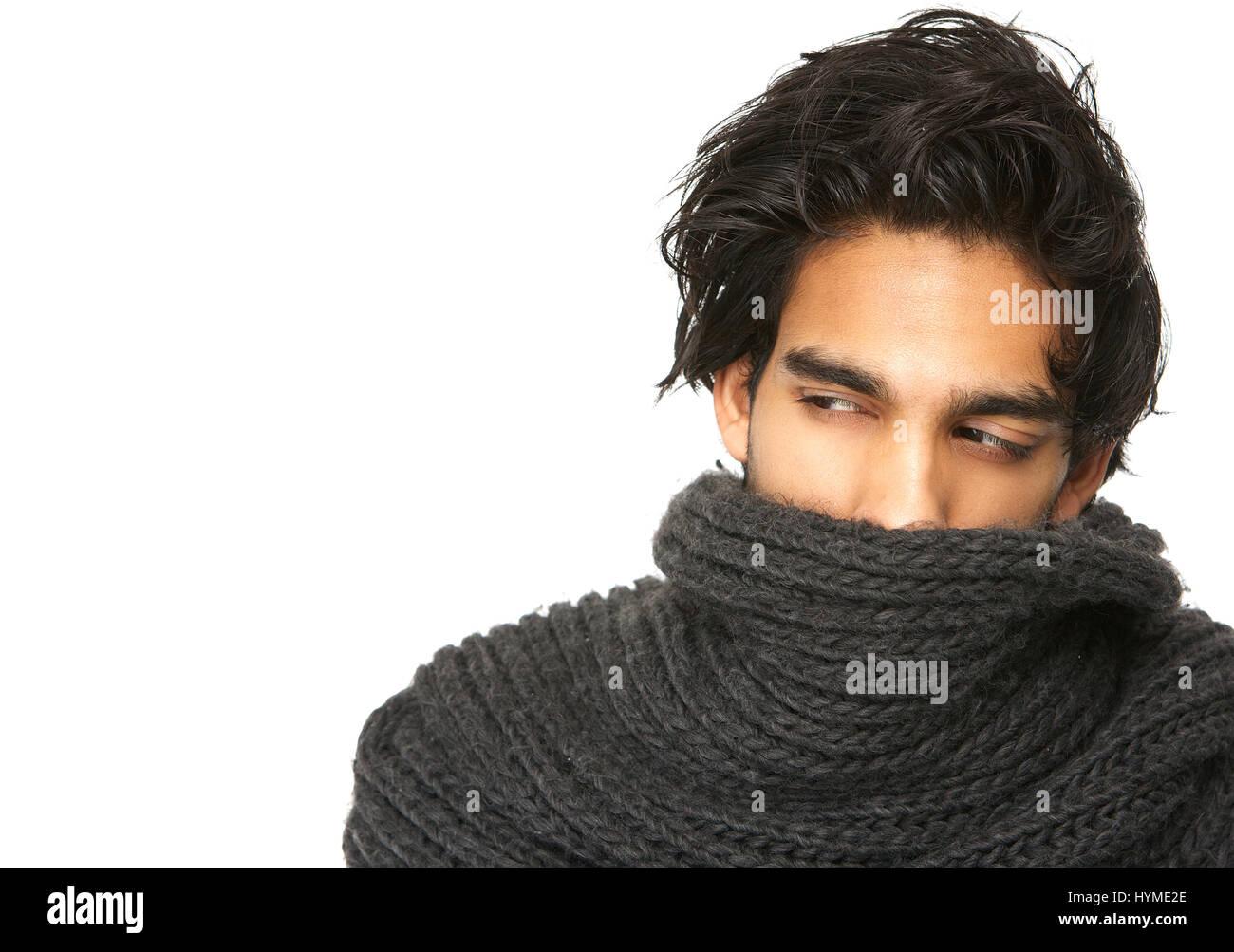 Portrait d un homme mystérieux à visage couvert par l écharpe de laine 0b277a57f6c