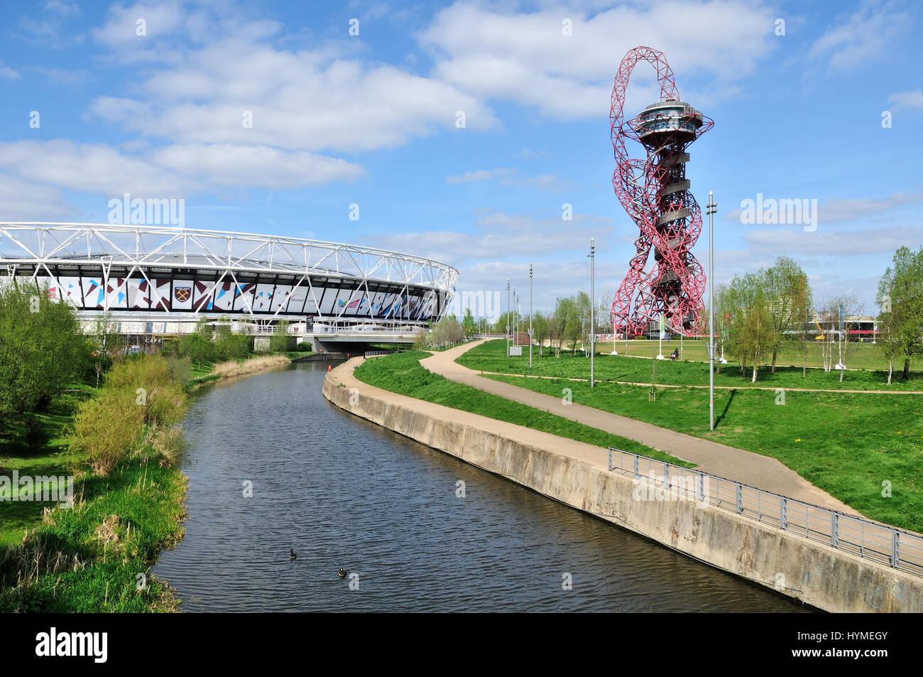 Le stade de Londres et de la ville de Mill River le Queen Elizabeth Olympic Park à Stratford, East London UK Photo Stock