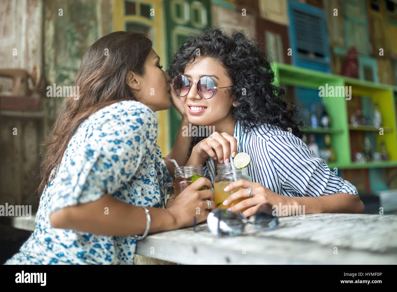 Les filles asiatiques en bar Photo Stock
