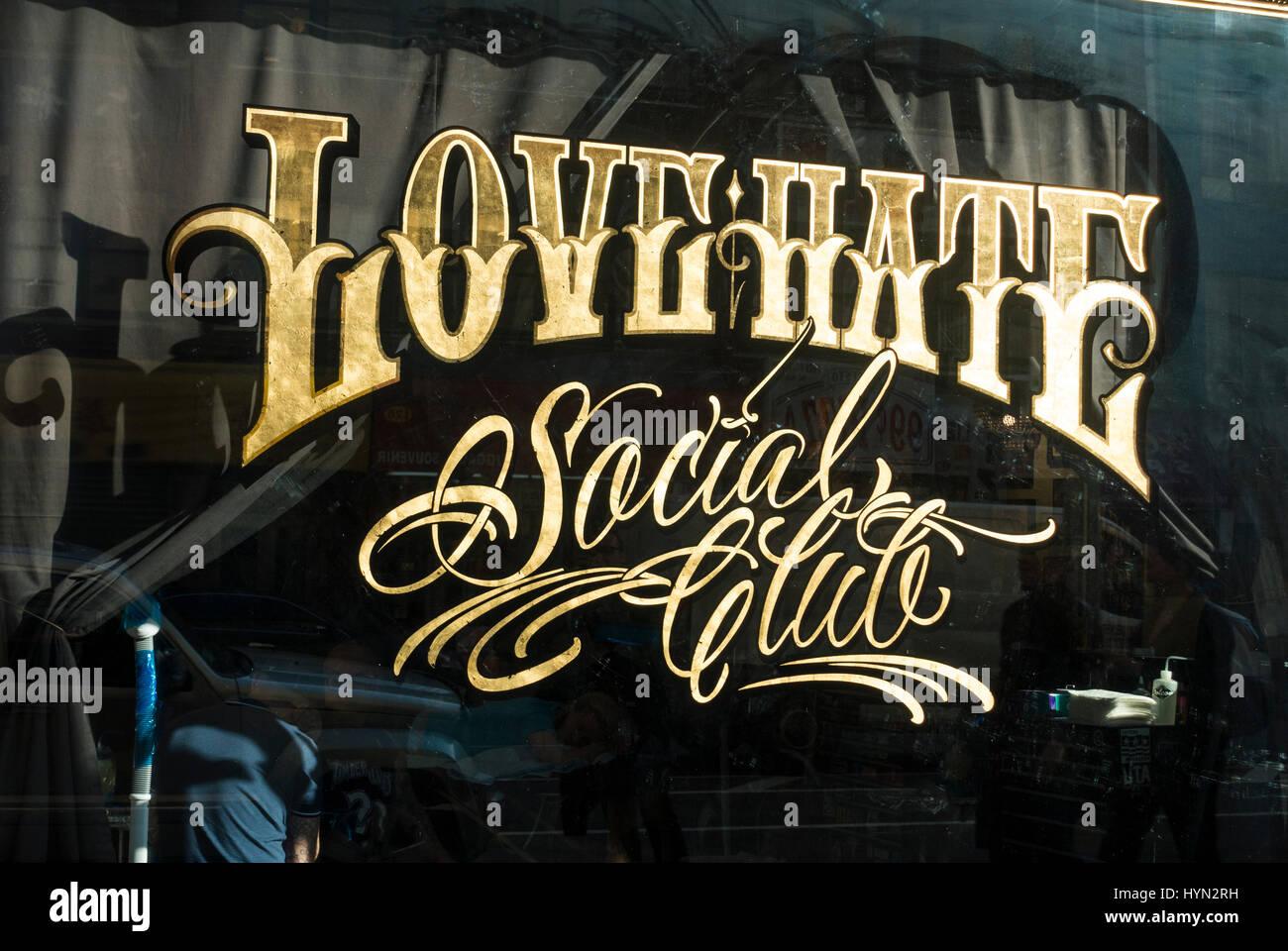 La haine l'amour Social Club, un salon de tatouage dans le bas Manhattan Photo Stock