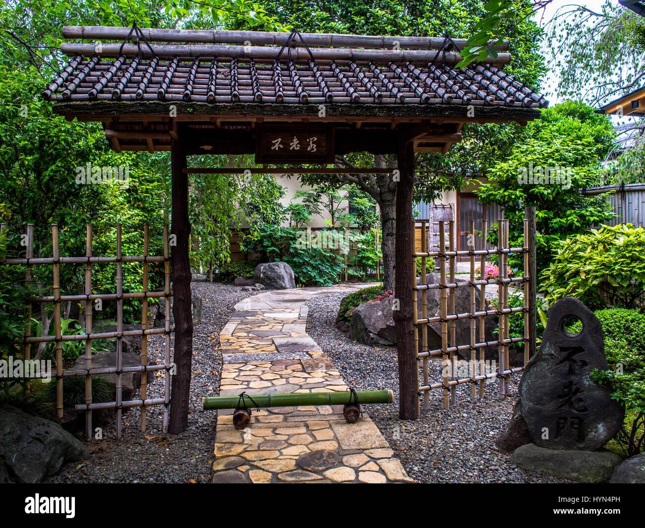 Entrée de jardin traditionnel japonais avec chemin de pierre ...