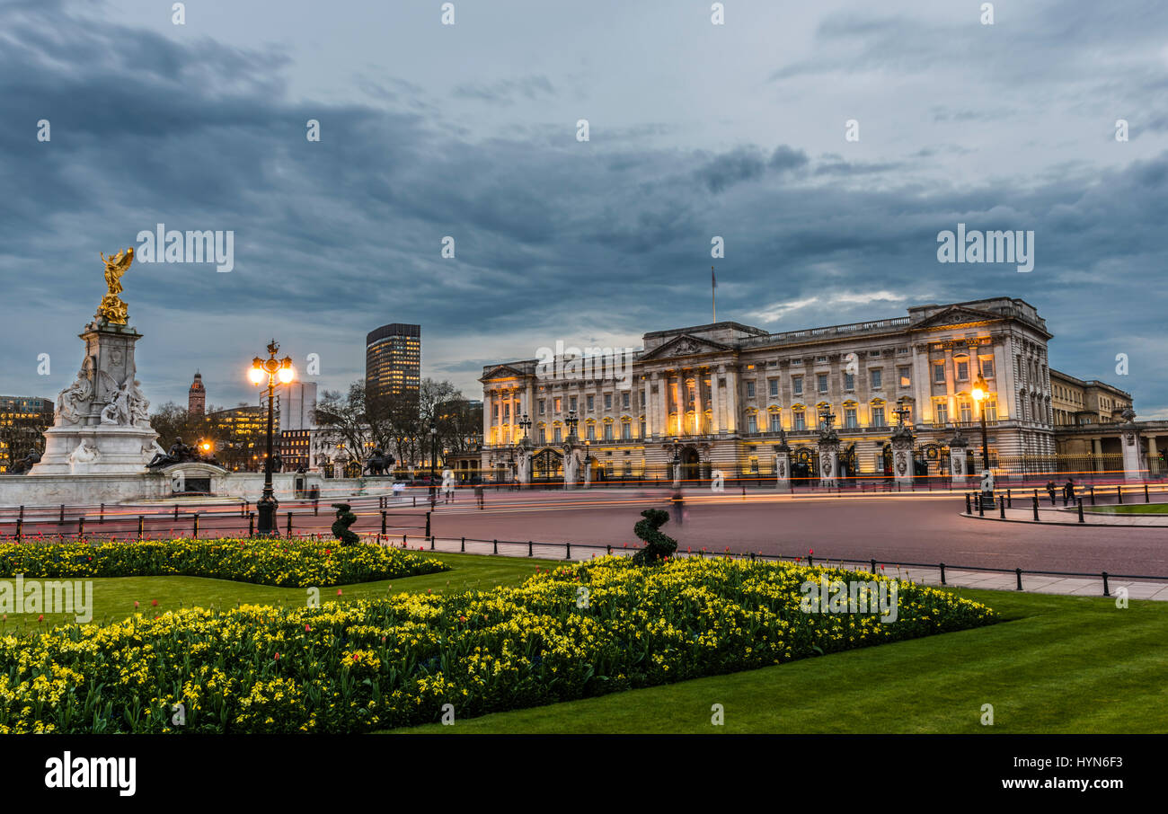 L'éclairage de rue et d'un crépuscule orageux sur Buckingham Palace, London, UK Photo Stock